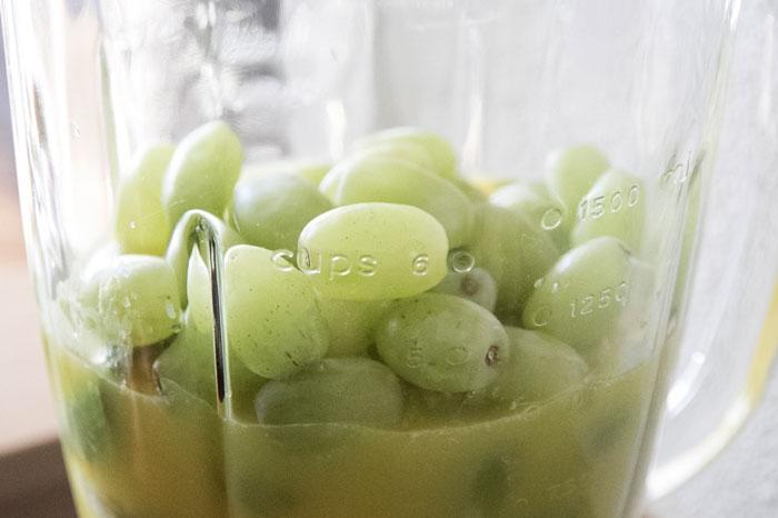 Witte druiven smoothie met banaan en avocado