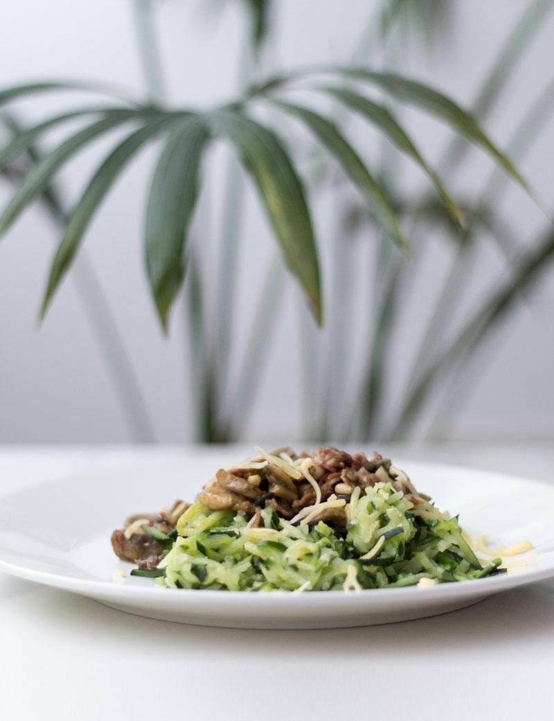 Koolhydraatarm: courgette spaghetti met pesto